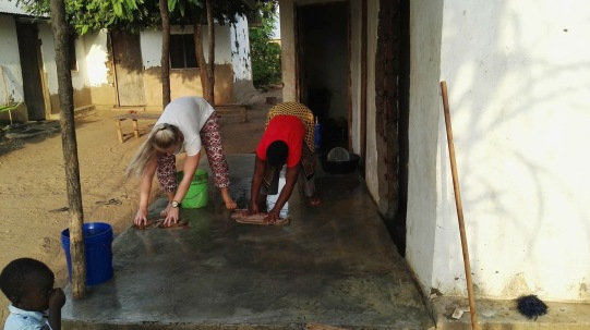 Kristina og mama Mamba i rytmisk gulvvask